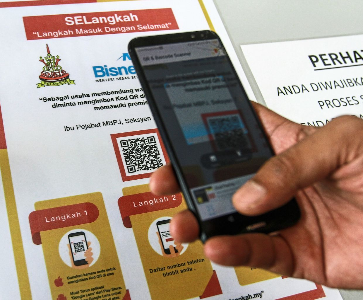 SElangkah allows users to report the number of people not wearing masks when checking in. — JADE CHAN/The Star