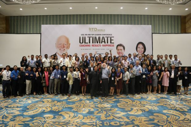 Happy participants at the CEO, HR and Top Leaders Conference in Ho Chi Minh, Vietnam, with the speakers, World #1 Strategic Innovation Coach Dr Peter Chee, World #1 Executive Coach Dr Marshall Goldsmith and ITD World Executive Director Serely Alcaraz.