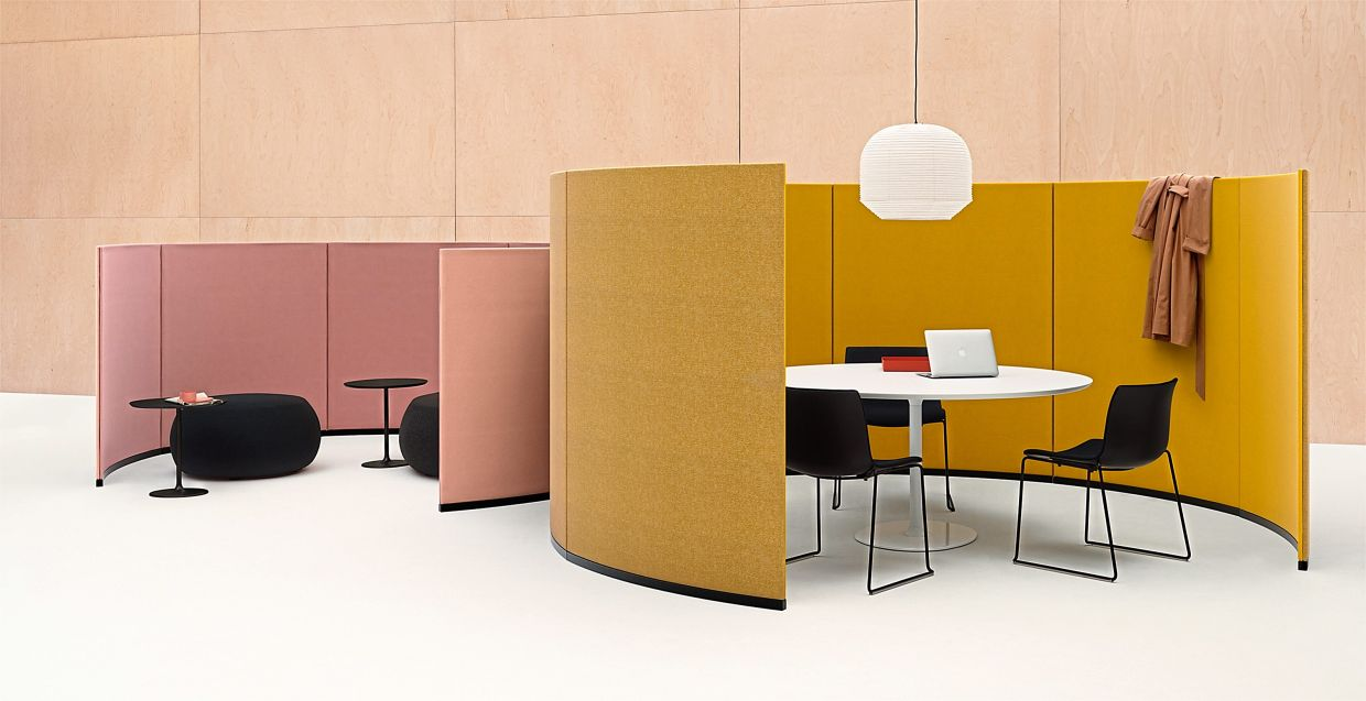 The Paravan room dividers from Arper come equipped with noise- absorbing panels.