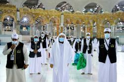 Pilgrims arrive in Mecca for downsized haj amid pandemic