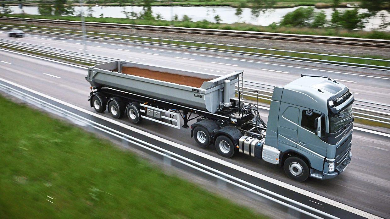 Quand il n'y a pas de charge, le conducteur peut se désengager et de soulever l'essieu d'entraînement de sorte que moins de pneus et moins de carburant sont utilisés.