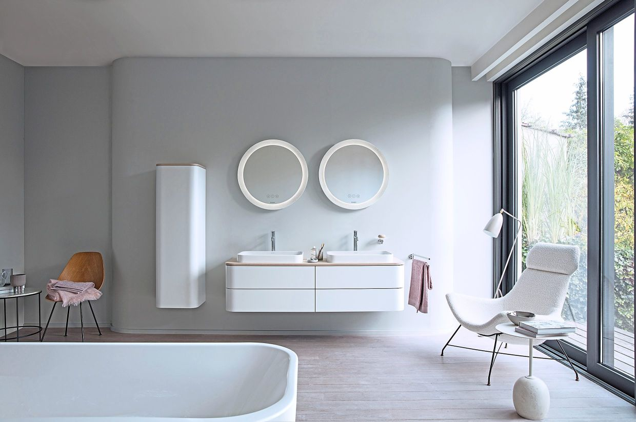 Even if bathroom design trends are steadily moving away from white, the colour remains a timeless classic suggesting cleanliness.