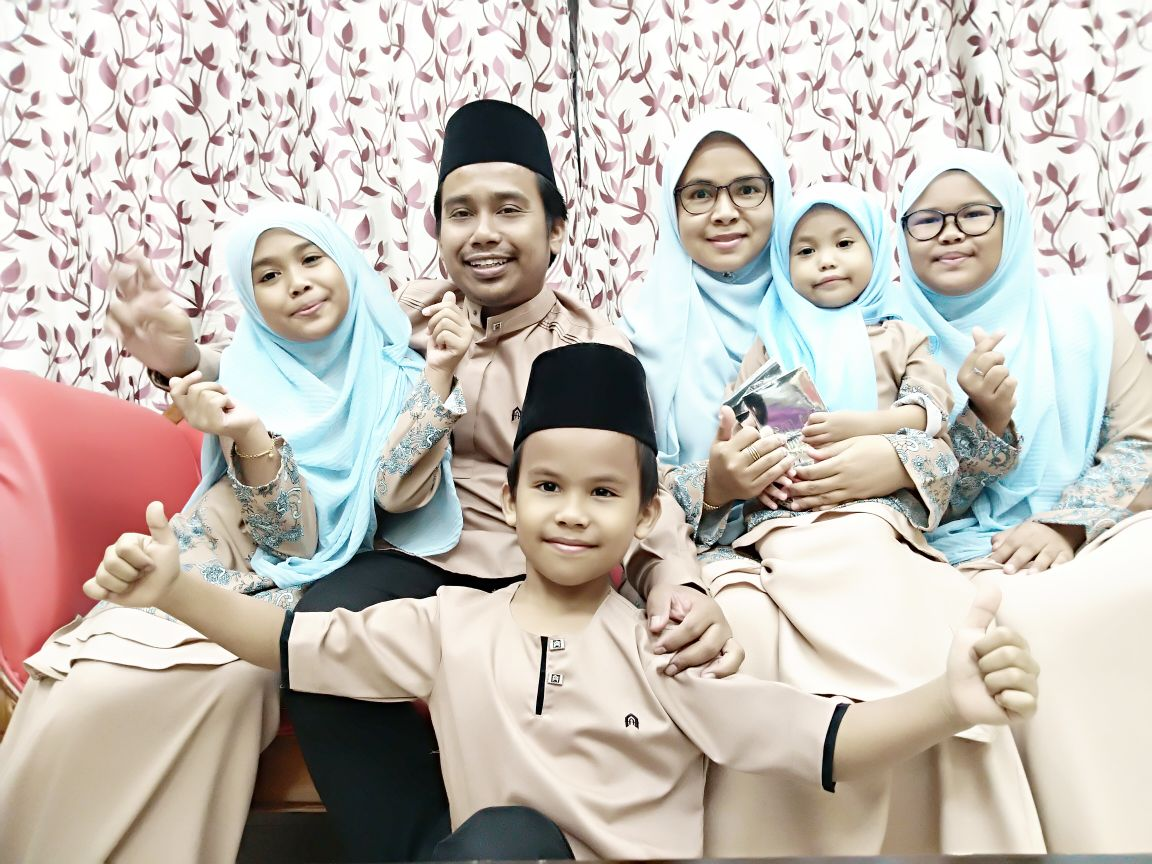 Mohd Izal and his wife Hafzamliza with their four children. Photo: Mohd Izal Mahd Nor
