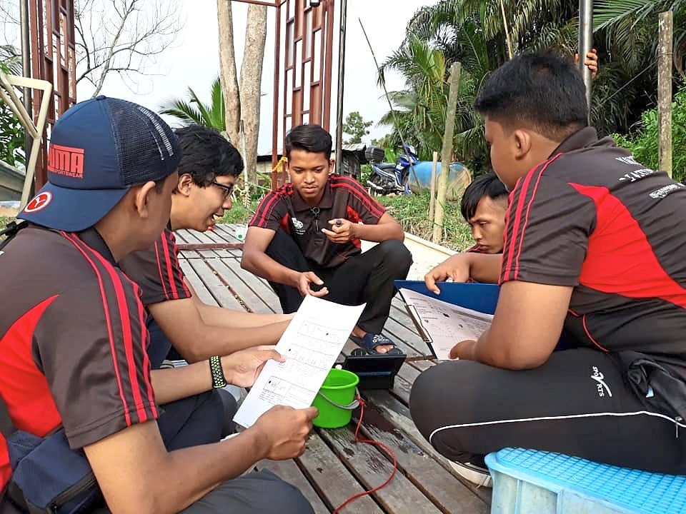 Kampung Kuantan youths and UM undergraduates formed Inspirasi Kawa in 2013. The youth environmental group is involved in caring for fireflies, river and mangrove habitats in the area.