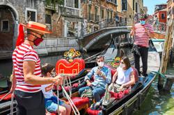 'Overweight' tourists threaten gondola operations in Venice