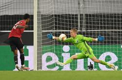 Extra-time Fernandes penalty sends United into Europa semis