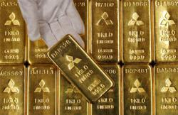 Gold hastens retreat, dips below US$2,000 on firm dollar