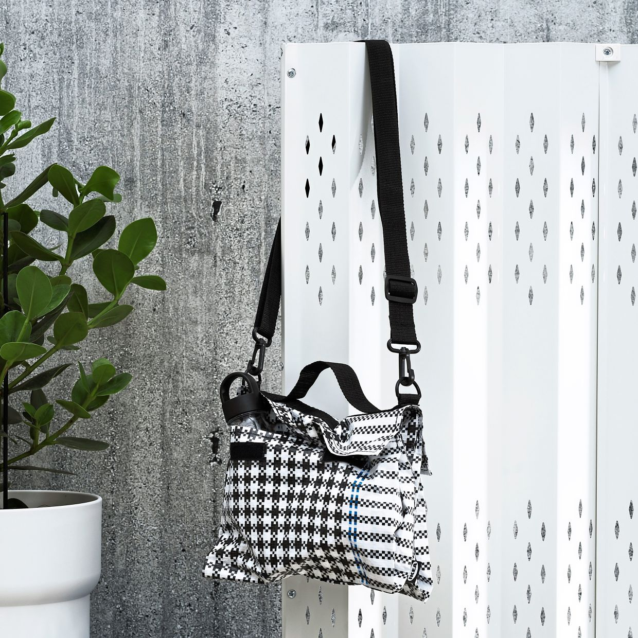 The houndstooth design that appears on this bag is one that's frequently found in traditional Thai weaving, but here it's made of modern materials.