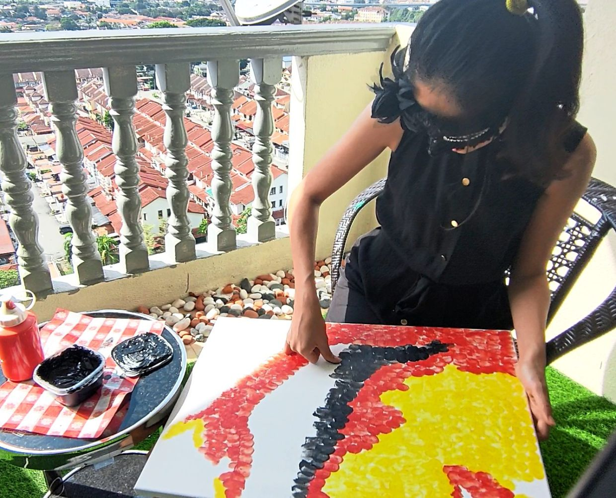 Ng hard at work on her portrait of Tunku Abdul Rahman. Photo: Niuniu's Gallery
