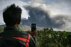 Flight warning as Indonesia's Mount Sinabung erupts again