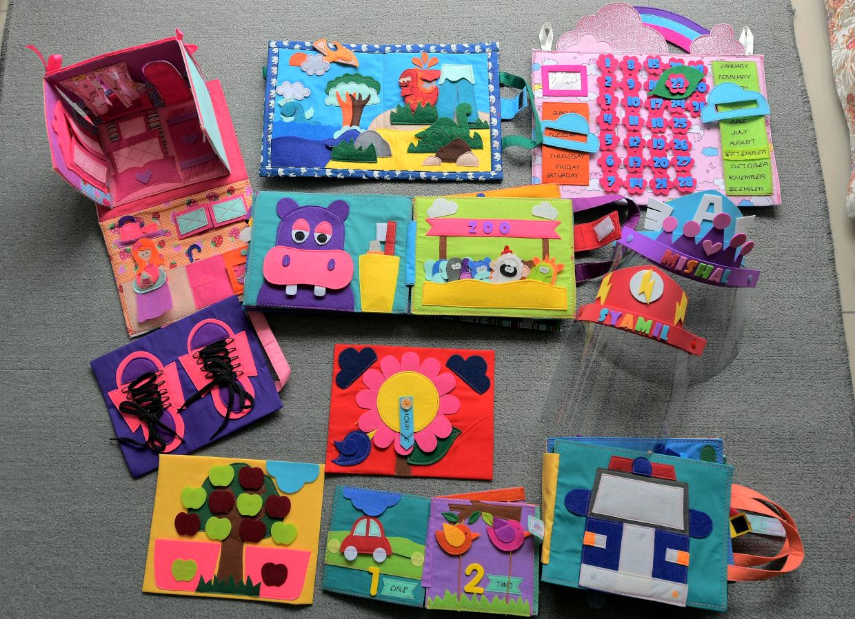 Little Z offers handmade educational toys for children below six, such as play mats, busy books, drawing kits, doll houses and peek-a-books.