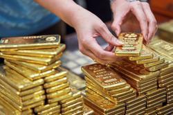 Warren Buffett sours on banks and likes (gulp!) gold