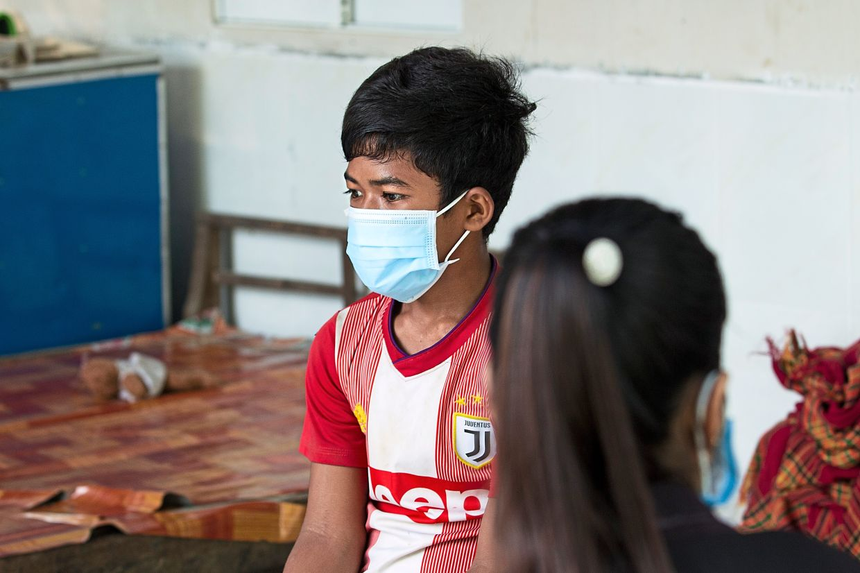 A social worker (right) meets with a client during one of her house visits, necessitated by the Covid-19 pandemic, in Battambang, Cambodia. Photo: Unicef