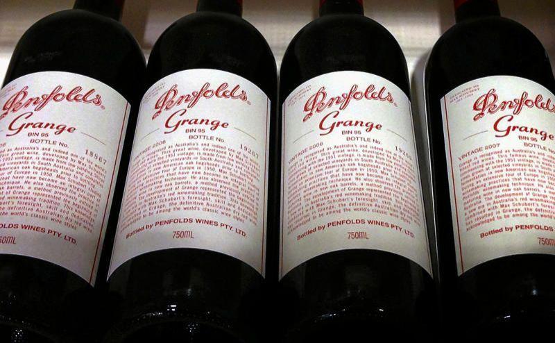 Những chai Penfolds Grange, do nhà sản xuất rượu Penfolds của Úc sản xuất và thuộc sở hữu của Treasury Wine Estates, được bày bán trên kệ tại một cửa hàng rượu ở trung tâm Sydney, Úc, ngày 4 tháng 8 năm 2014. REUTERS / David Grey