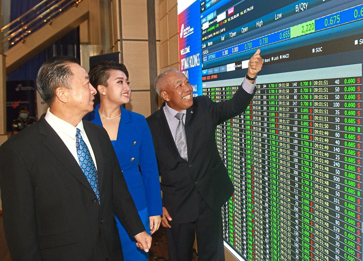 Listing of Optimax Holdings Bhd in Bursa Malaysia. From left: Founder and director Tan Sri Tan Boon Hock, CEO Sandy Tan and chairman Tan Sri Dr Ahmad Tajuddin Ali looking at the price after listing. 18 AUG 2020 -CHAN TAK KONG/The Star