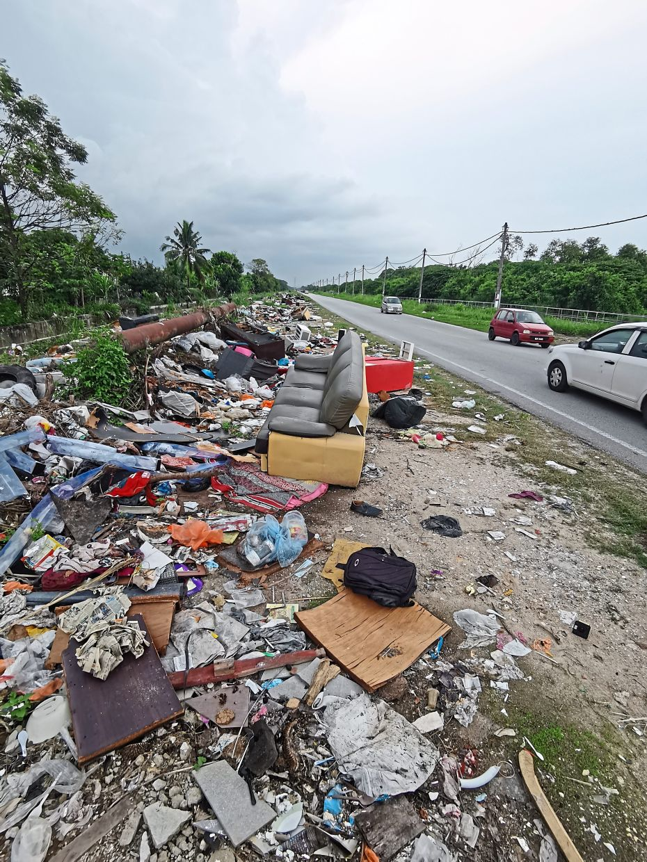Household waste, bulk trash, commercial rubbish and construction debris littered along the side of Jalan Kebun Nenas in Taman Sentosa, Klang. — Photos: AZLINA ABDULLAH/The Star