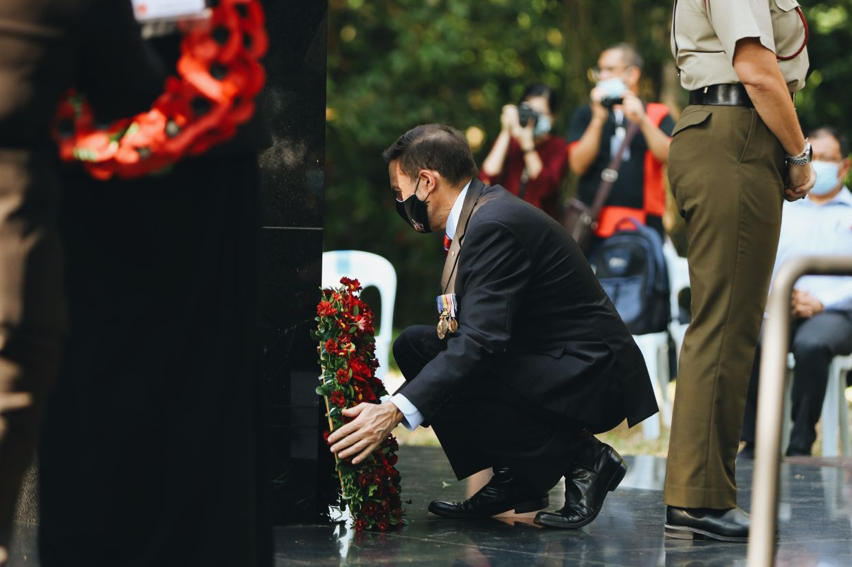 Goledzinowski placing a wreath on the memorial in Sandakan.