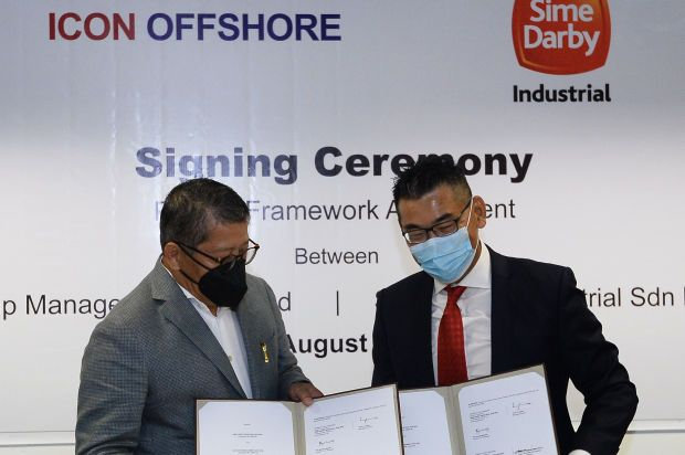 Icon Offshore Managing Director Dato Sri Hadian Hashim exchange document of agreement with Sime Darby Industrial Managing Director CK Teoh during signing ceremony at Sunway Tower in Kuala Lumpur yesterday. AZHAR MAHFOF/The Star