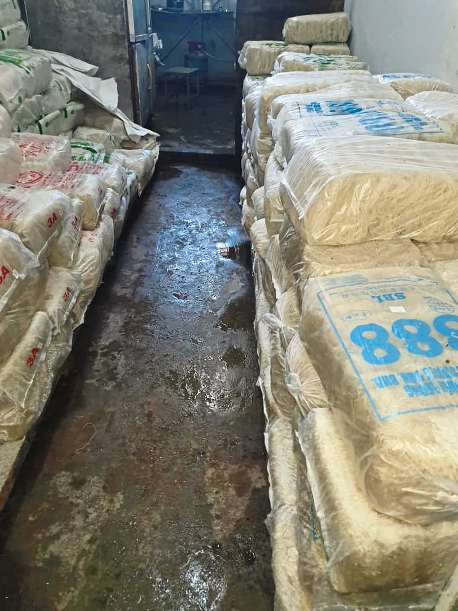 Packaged noodles were left unattended on dirty floors at the noodle processing factory.