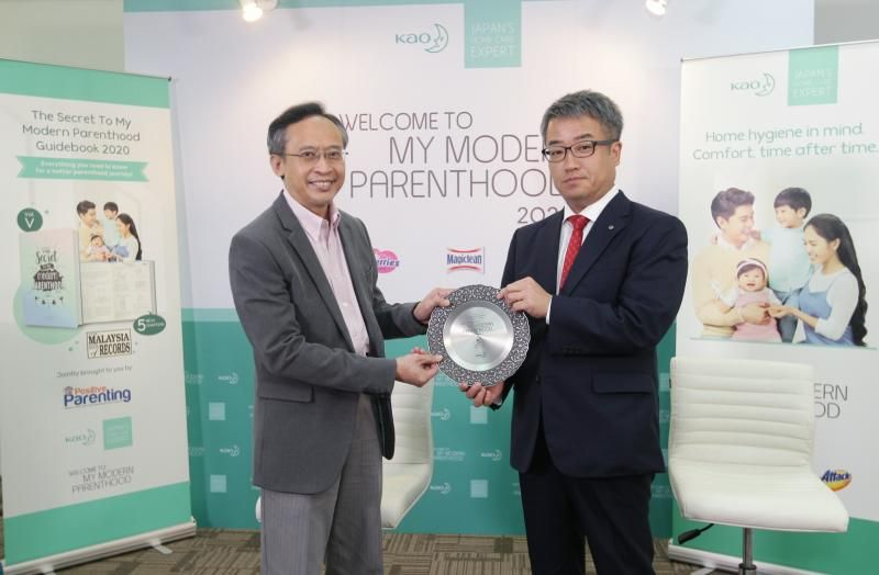 Ito (right) presents Zulkifli with a token of appreciation to Positive Parenting at a recent media interview at the Kao office in Petaling Jaya.