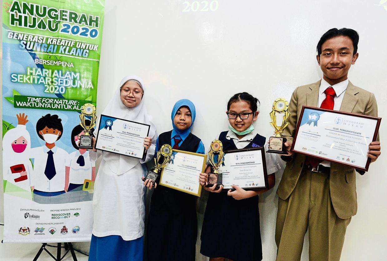 (From left) Irin Isalina Mohd Farizan from SMK Cochrane Perkasa, Sofia Zahra Ahmad Hizammi from SK Danau Kota 2, Tan Xuan Le from SJKC La Salle and Mohd Nur Adlan Sufian from SMK Zon R1 Wangsa Maju with their certificates at the Green Awards 2020 ceremony in Sentul, Kuala Lumpur.