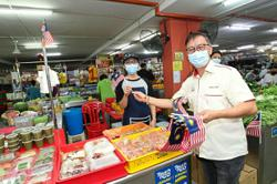 Jalur Gemilang given out to market-goers