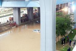 30-minute downpour causes two-hour jam in city