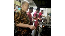 Wee visits popular asam pedas restaurant in JB