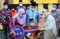 King hands over keys to 54 recipients of Rumah Wilayah Prihatin