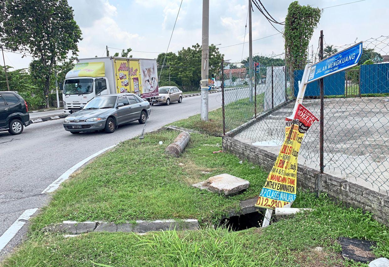This street name sign at Jalan Teluk Pulai, Klang, has ended up in the drain.