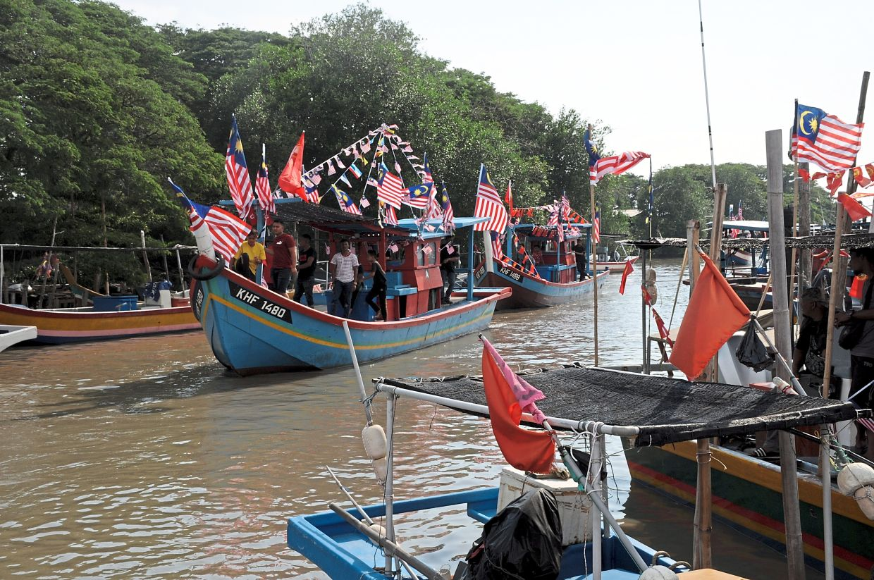 The fishing boats returning to the Kuala Sungai Udang jetty after the parade at sea.