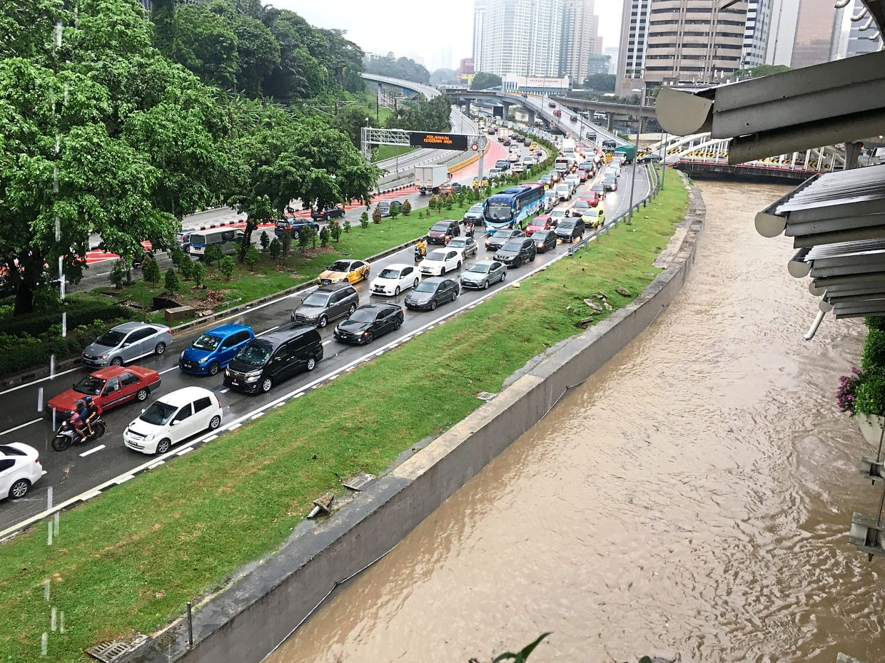 Vehicles caught in traffic gridlock along Jalan Kinabalu, near the DBKL headquarters, as the water level in Sungai Gombak kept rising.