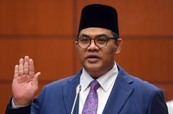 Jefridin Atan, Pak Lah's special officer, sworn in as Senator
