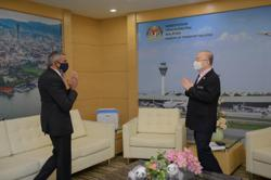 Dr Wee receives courtesy call from S'pore High Commissioner
