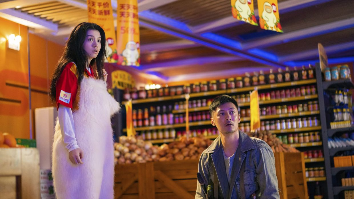 Jing Mo (Jessie Li) and Ming Ge (Shawn Yue) in a moment of shock and fluffy white pants.
