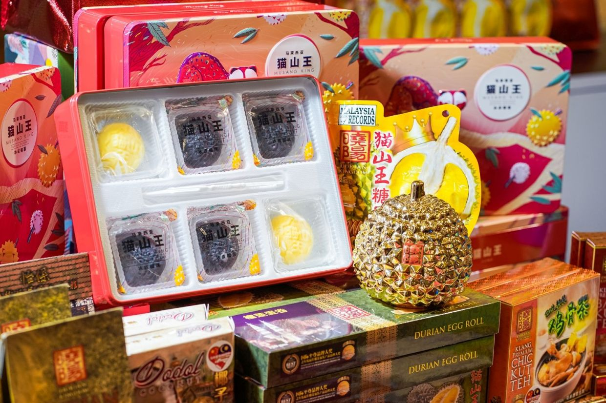 These mooncakes come in a vintage-oriented gift box perfect for your family and friends.