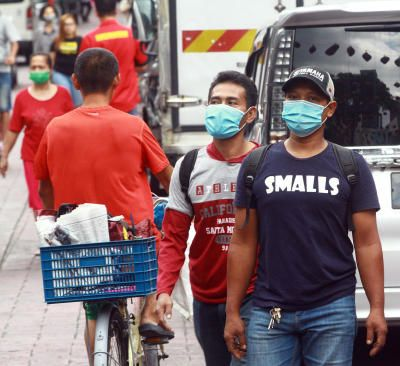 Foreign workers follow the SOP of RMCO and wear their mask while go to public place. The pandemic of Covid 19 has changed the daily routine of the public. 17 Sept 2020 --CHAN TAK KONG/The Star