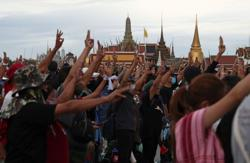 Thai protesters on march, say to present letter for king