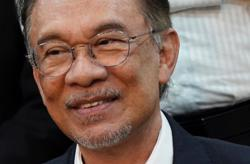 Court denies bid to strike out challenge to Anwar's royal pardon