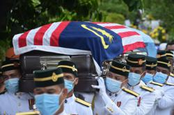 Iban war hero Awang Raweng laid to rest with military honours