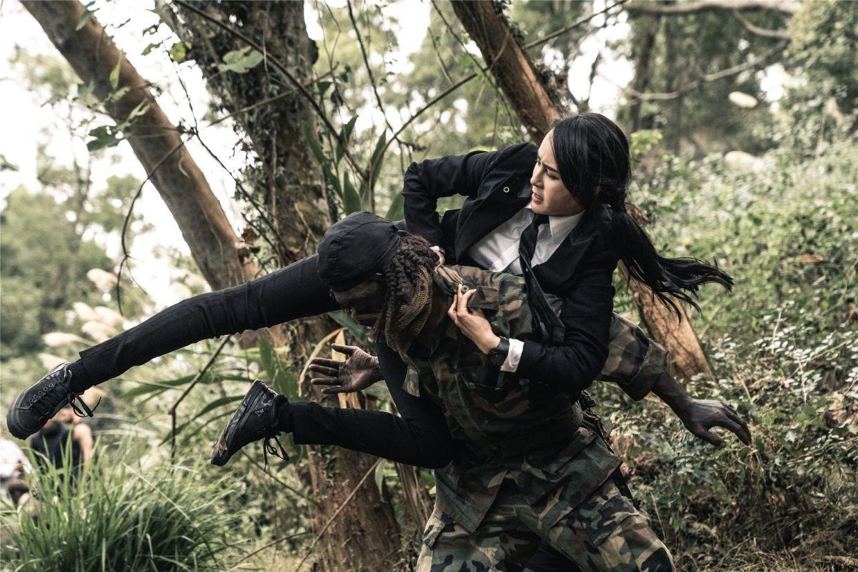 It may seem like inappropriate fighting clothing, but it certainly suits Vanguard agent Miya (Mu Qimiya).
