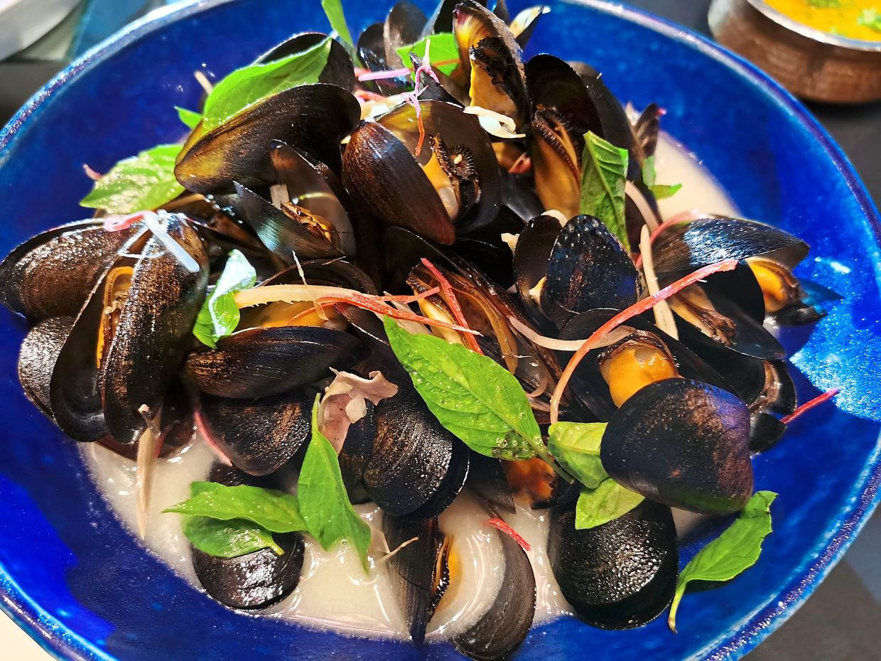 A delight for seafood lovers is the Mussels Asiano which are coconut-steamed mussels with lemongrass, chilli and aromatic Thai basil.