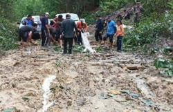 Vehicles stuck en masse as roads in rural Sarawak turn into rivers of mud
