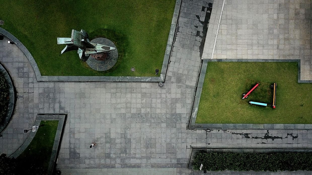 An unusually quiet Raffles Place Park. — The Straits Times/ MARK CHEONG