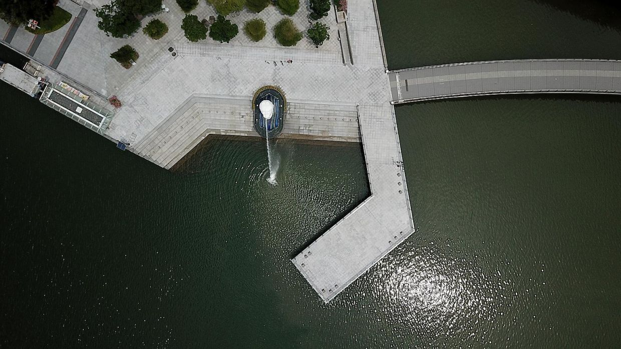 A lonely Merlion spews water at Merlion Park. — The Straits Times/ MARK CHEONG