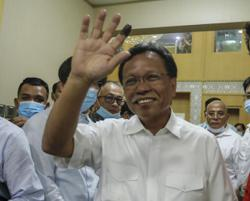 Shafie Apdal thanks supporters and press members outside his residence