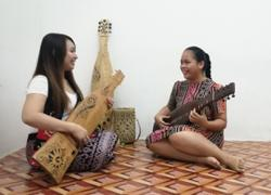 Sarawakian teenager breaks cultural barriers by learning the sape