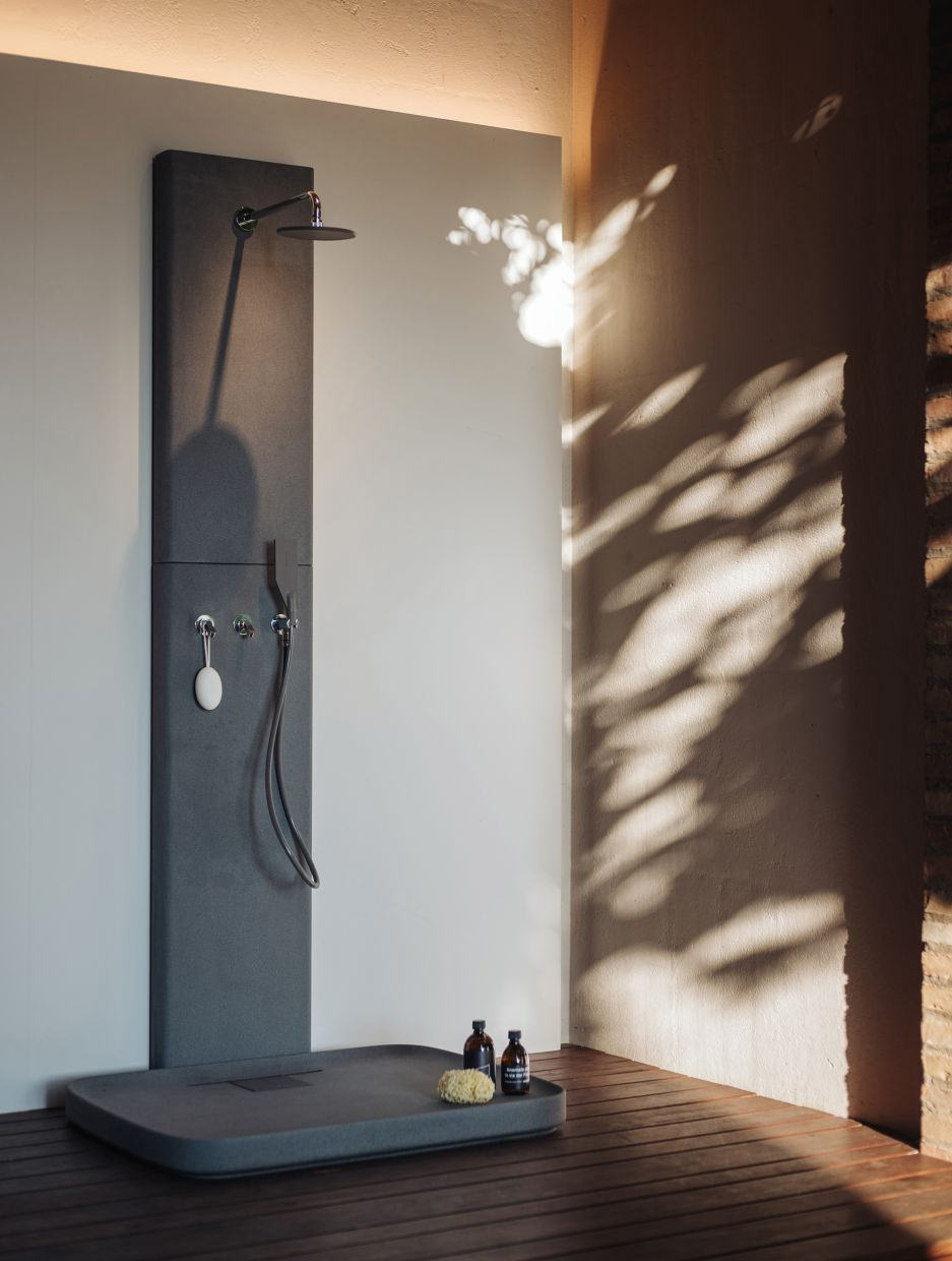 The outdoor shower is a great way to cool off, play or get cleaned up after gardening. Photo: Agape/dpa