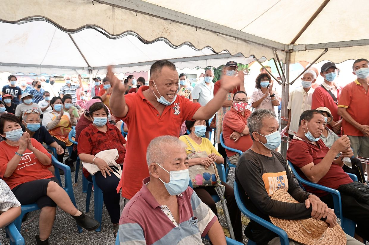 Ng (standing) asking DBKL to fulfil hawkers' requests if they agree to a temporary relocation.