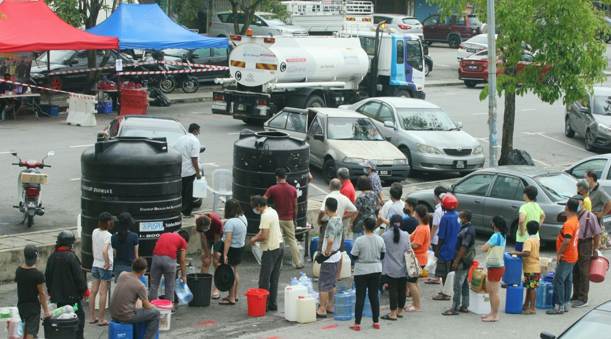 The public queuing at the Seri Kembangan Air Selangor local service centre\'s water tank station due to the distruption after the Sungai Semenyih plant pollution. AZMAN GHANI/The Star